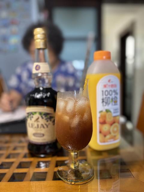 根據宮崎優子的作法完成我的第一杯カシスオレンジ調酒,喝第一口時我笑出來了。