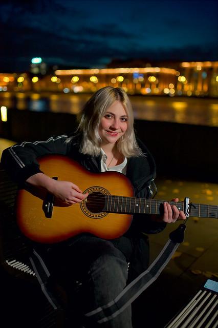 ночь, девушка, гитара.
