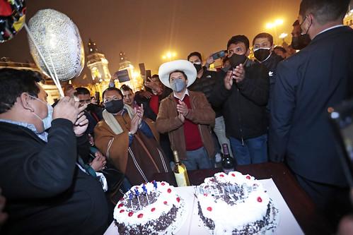 Presidente Pedro Castillo recibe saludo de la población por su onomástico.
