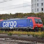Re 484 005-4 durchfährt am 20.09.2021 den Bahnhof Pratteln.